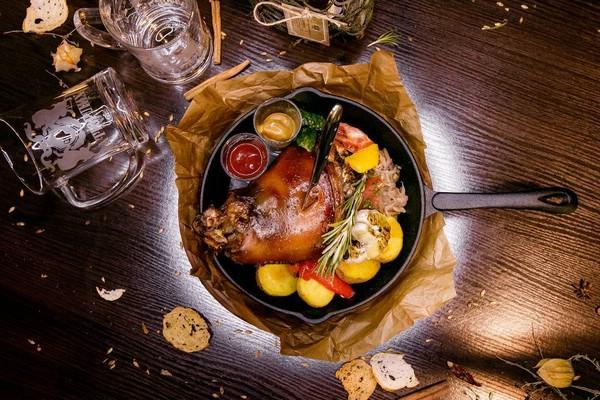 Баварская свиная рулька в пивном маринаде с тушёной капустой